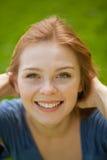 красный цвет красивейшей девушки с волосами стоковое фото rf