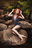 красный цвет красивейшей девушки с волосами стоковая фотография rf