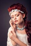красный цвет красивейшей девушки с волосами Стоковые Изображения