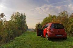 красный цвет лужка автомобиля зеленый Стоковая Фотография