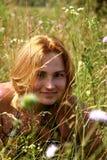 красный цвет лужка волос травы девушки Стоковое Изображение RF