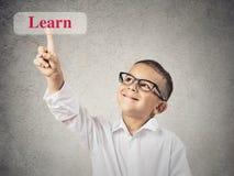 Красный цвет мальчика касающий учит знак кнопки Стоковое Изображение RF