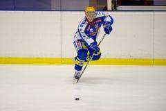 красный цвет милана хоккея h игры голубого c клуба ap eppan против стоковая фотография rf