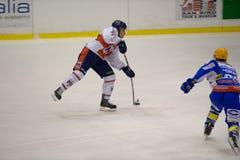красный цвет милана хоккея h appian клуба c сини eppan против стоковое фото rf