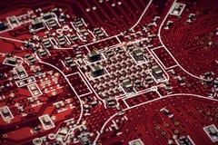 Красный цвет монтажной платы под красным цветом взгляда Стоковые Изображения RF