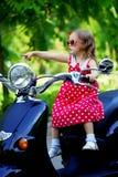 красный цвет мотоцикла девушки платья Стоковое Изображение RF