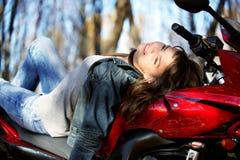 красный цвет мотоцикла девушки Стоковое Фото