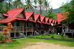 Красный цвет настилает крышу бунгала в бегстве Chalok, Koh Phangan, Таиланд Стоковое Изображение RF