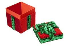 красный цвет настоящего момента зеленого цвета рождества коробки смычка Стоковые Изображения RF