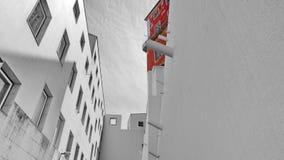 Красный цвет на сером здании стоковое изображение rf