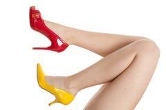 красный цвет ног обувает желтый цвет womans Стоковые Фото