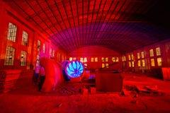 Красный цвет ночи фабрики стоковая фотография rf