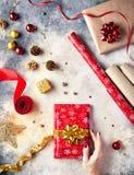 Красный цвет обернул настоящие моменты на рождестве Стоковые Фото