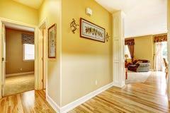 красный цвет дома входа двери стула нутряной самомоднейший Взгляд прихожей Стоковые Фотографии RF