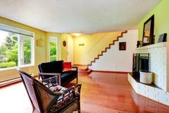 красный цвет дома входа двери стула нутряной самомоднейший Живущая комната с белым камином кирпича Стоковая Фотография RF