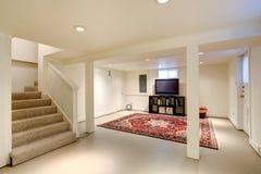 красный цвет дома входа двери стула нутряной самомоднейший Комната подвала с ТВ Стоковые Изображения