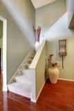 красный цвет дома входа двери стула нутряной самомоднейший Лестница в прихожей с паркетом Стоковое Изображение RF