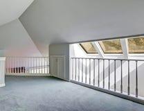 красный цвет дома входа двери стула нутряной самомоднейший Опорожните палубу под сводчатым потолком Стоковое Фото