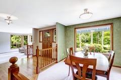 красный цвет дома входа двери стула нутряной самомоднейший Прихожая Entance с балюстрадой и зеленым обедать Стоковое фото RF