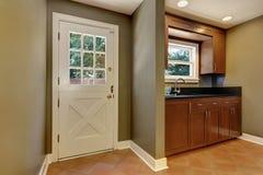 красный цвет дома входа двери стула нутряной самомоднейший Entryway с оливкой тонизирует стены Стоковое Изображение RF
