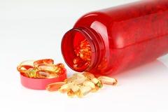 красный цвет омеги рыбий жир 3 капсул бутылки Стоковые Фото