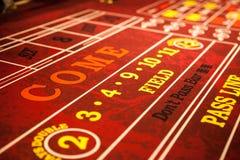 Красный цвет оправляется таблица в казино Стоковое Фото