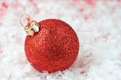 красный цвет орнамента рождества шарика Стоковая Фотография