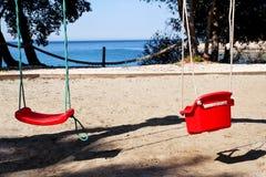 Красный цвет отбрасывает на пляже морем Стоковое Изображение RF