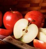 красный цвет отрезанный яблоком Стоковые Фотографии RF