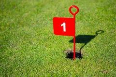 Красный цвет 1 один 1-ый флаг гольфа отверстия Стоковые Фотографии RF
