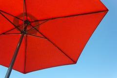 красный цвет парасоля стоковая фотография