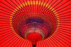 красный цвет парасоля underneath стоковая фотография rf