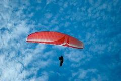 красный цвет парашюта стоковые изображения rf