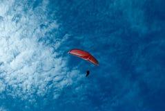 красный цвет парашюта стоковое фото
