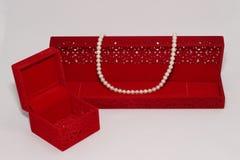 красный цвет перлы ожерелья подарка коробки стоковая фотография rf