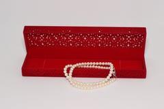 красный цвет перлы ожерелья подарка коробки стоковое изображение rf