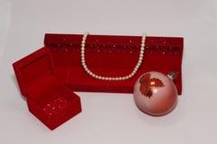 красный цвет перлы ожерелья подарка коробки стоковые фото