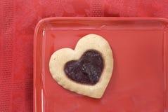 красный цвет плиты сердца печенья Стоковые Фотографии RF