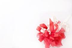 красный цвет подарка закрепляя петлей Стоковые Изображения RF