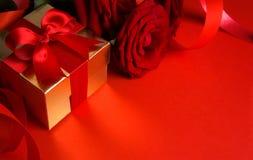 красный цвет подарка коробки предпосылки искусства золотистый Стоковые Изображения RF
