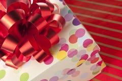 красный цвет подарка коробки смычка Стоковая Фотография