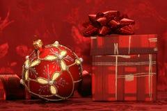 красный цвет подарка рождества коробки шарика Стоковые Изображения