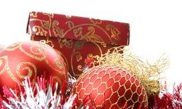 красный цвет подарка рождества коробки шариков стоковое изображение