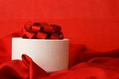 красный цвет подарка ткани коробки Стоковая Фотография RF