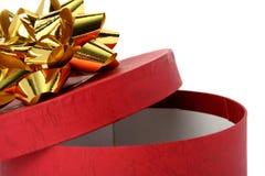 красный цвет подарка цвета коробки смычка золотистый Стоковое Изображение