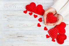 красный цвет поднял Красные сердца на деревянной предпосылке Стоковые Фото