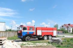 красный цвет пожара двигателя Тяжелая пожарная машина двигает к месту огня Стоковое Изображение