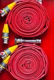 красный цвет пожарного рукава Стоковые Фотографии RF