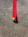 красный цвет пожарного рукава Стоковые Изображения
