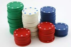 красный цвет покера голубых фишек зеленый штабелирует белизну Стоковое фото RF